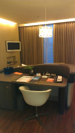 Hotel Baraquda Pattaya - MGallery by Sofitel: The desk with all connections!