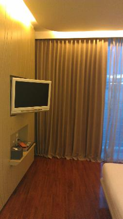 Hotel Baraquda Pattaya - MGallery by Sofitel: 2 Sony big Tv's in the room