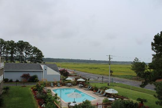 BEST WESTERN PLUS Chincoteague Island: La vue sur la piscine et la phare depuis notre balcon