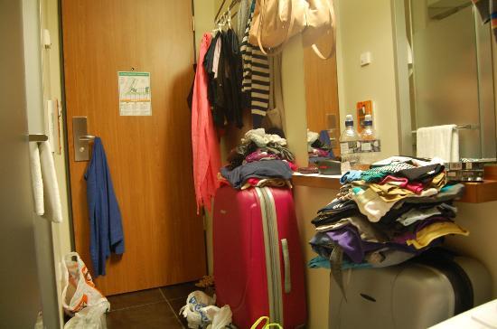 easyHotel Berlin Hackescher Markt: Las maletas y toda la habitación organizada con la ropa ;)