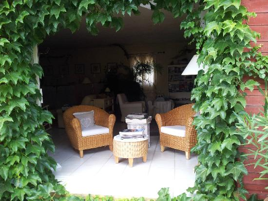 Le Mas Jorel: View of the living room from the outside