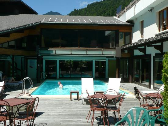 La piscine picture of hotel le petit dru morzine for Piscine morzine