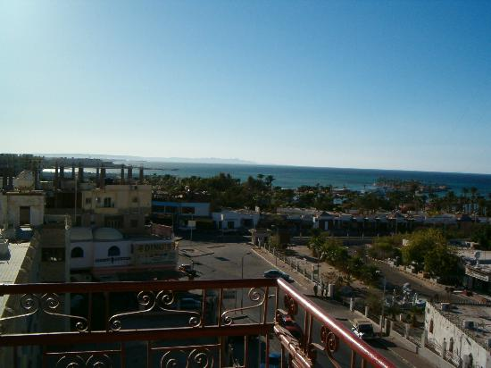Triton Empire Inn: Widok z Pokoju na Morze i Hotel Sea Star Beau Rivage 