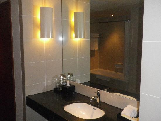 Alila Jakarta: Huge bath
