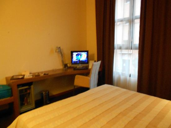 HC3 Hotel: tavolino e tv