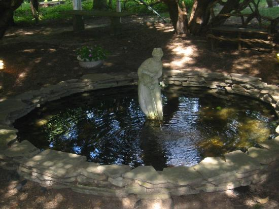 Inn at Stockbridge: Peaceful Fountain