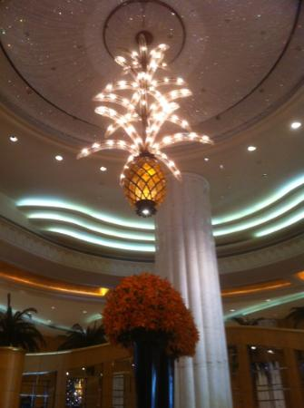 Grand Hyatt Dubai: Spectacular chandelier in the free public wifi area