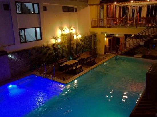 Chanthapanya Hotel : pool night time