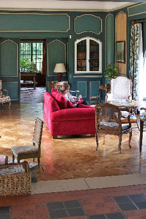 Manoir de Beaumarchais: Sitting Room with great views front and back