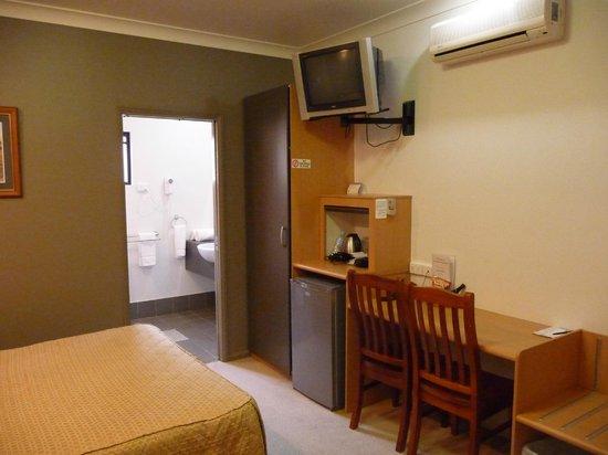 Best Western Ascot Lodge Motor Inn: BW TV and desk area