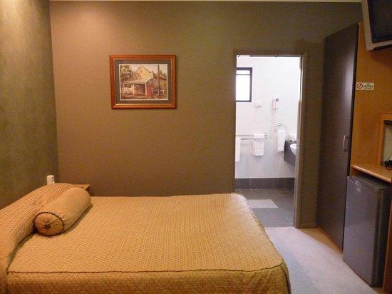 Best Western Ascot Lodge Motor Inn: BW room facing bathroom