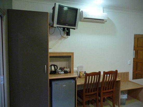 Best Western Ascot Lodge Motor Inn: BW Fridge, TV and desk area
