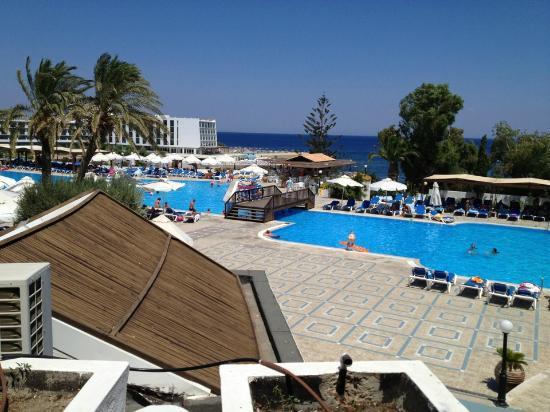 Aldemar Amilia Mare: vista della piscina principale da uno dei tanti bar presenti