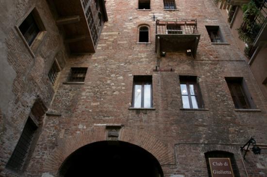 Scritte sui muri picture of casa di giulietta verona tripadvisor - Scritte sui muri di casa ...