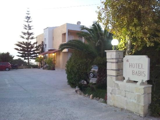 Hotel Babis: Ingresso, posti auto anche all'ombra grazie agli alberi a destra (non si vedono qui)
