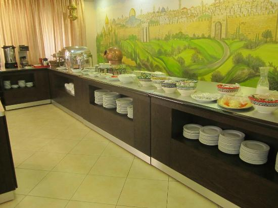 Commodore Hotel Jerusalem: Very neatly laid out breakfast
