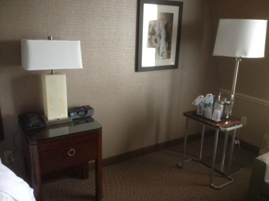 Sheraton Parsippany Hotel: bedside table/water & ice