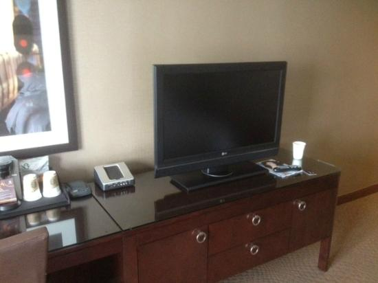 Sheraton Parsippany Hotel: tv/charging station