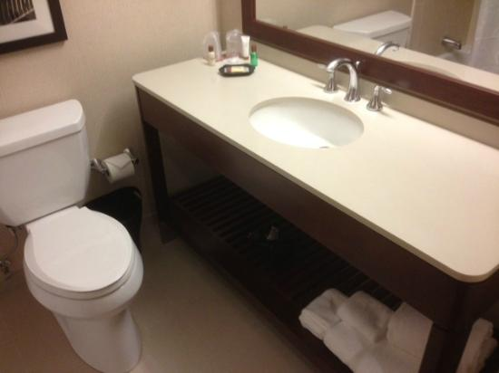 Sheraton Parsippany Hotel: clean bathroom