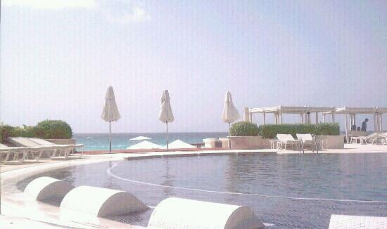 Sandos Cancun Luxury Resort: The Pool Area