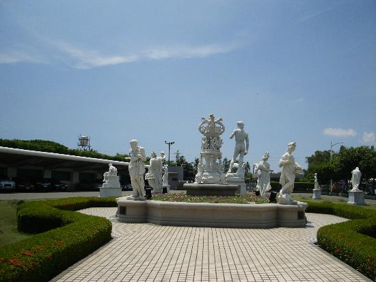 Tainan, Tayvan: statues in front of the main entrance