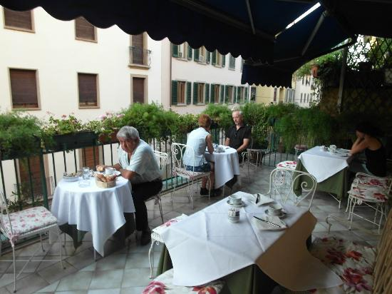 Hotel Della Signoria: Breakfast served on the terrace