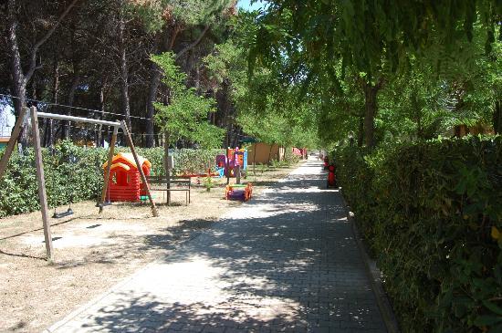 Villaggio Europa Unita: parco giochi di fronte ai villini prima fila