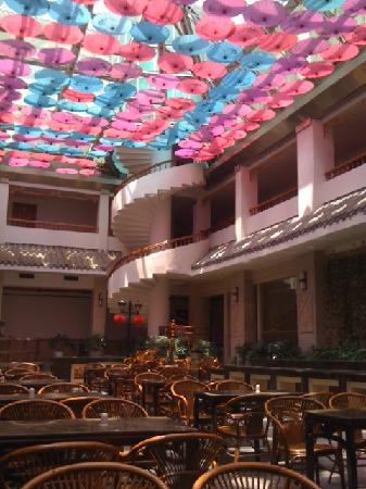 New Century Hotel: Frühstücken unter Schirmen ;-)