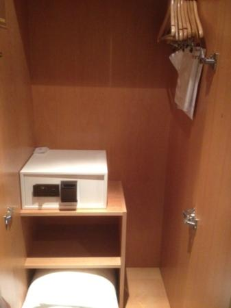 Sheraton Offenbach Hotel: closet with safe