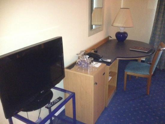 Sheraton Offenbach Hotel: desk/awkwardly placed tv