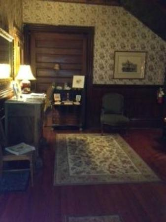 Pensacola Victorian Bed and Breakfast: Entry way