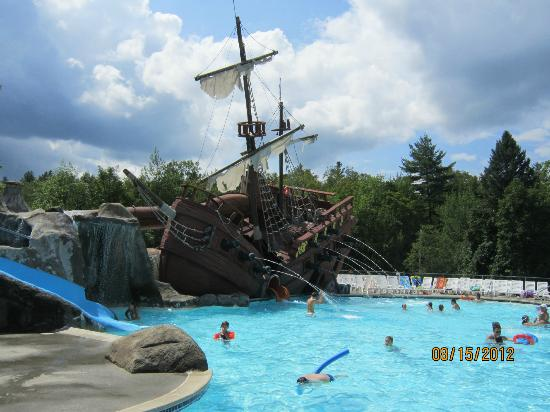 Moose Hillock Campground: pirate ship water slide