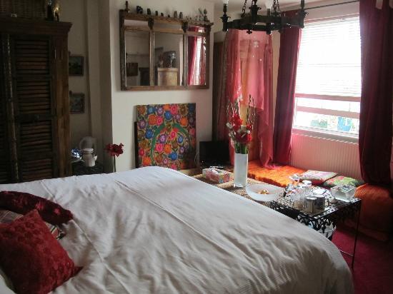 26 Hillgate Place: Guest Basement room