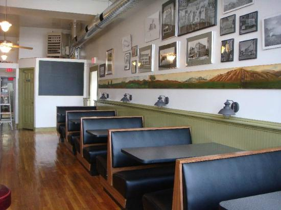 Dixie Restaurant: Cozy booth seating as well as tables and a big counter.
