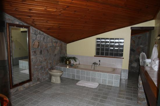 Le Relais de la Reine : salle de bain spacieuse