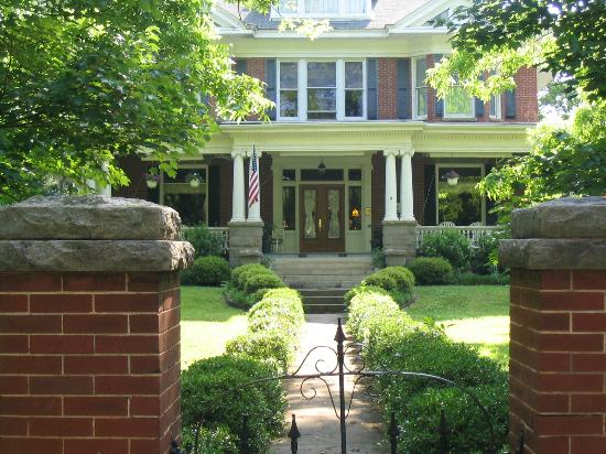 Songbird Manor Bed and Breakfast: C 1912 William Morris Style with wrap around verandah