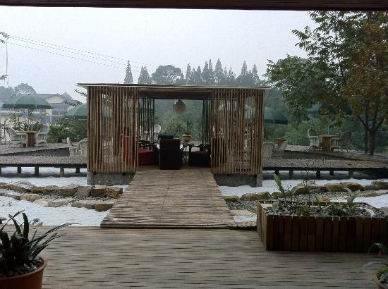 Mount Emei Jadeite Resort : Hotel outdoor sitting area