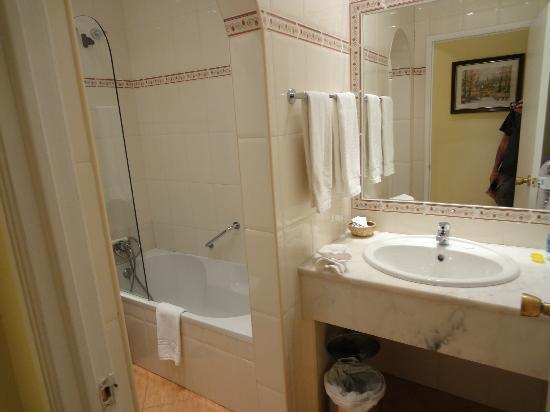 Residencial Florescente: roomy bathroom