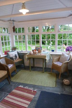 Coombe Farmhouse : Conservatory, lovely for a cuppa tea :)