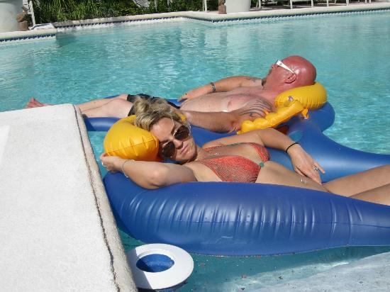 White Sands Beach Resort: guests relaxing in pool