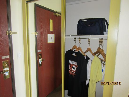 كمفورت إن آند سويتس لوف فيلد - دالاس ماركت سنتر: I already hung up my shirts for our short trip. 