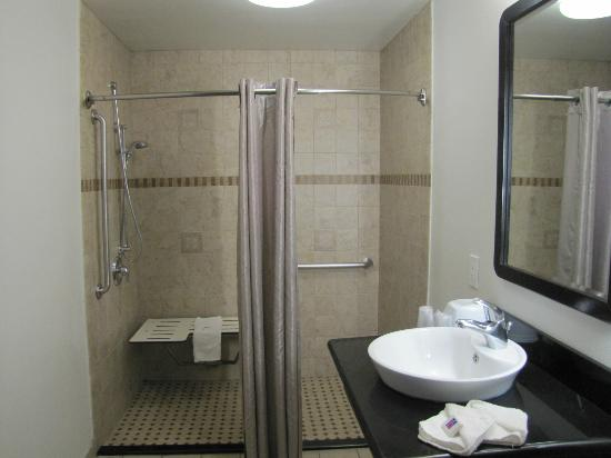 ‪‪Motel 6 Newport Beach‬: Bathroom/ Handicapped room