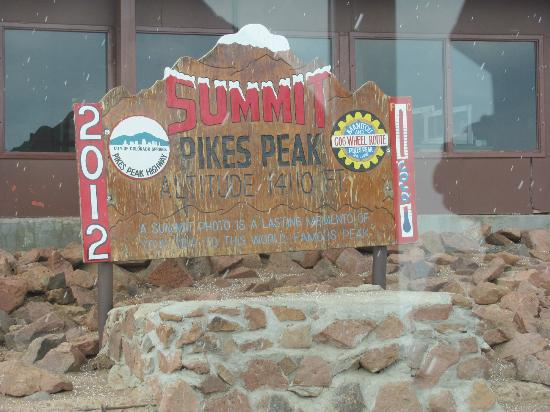 Manitou Springs, Колорадо: Snow begins falling on Pikes Peak sign