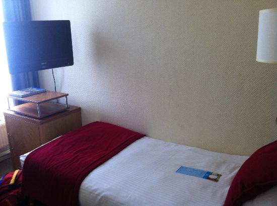 The Alfred Hotel: Bed n TV