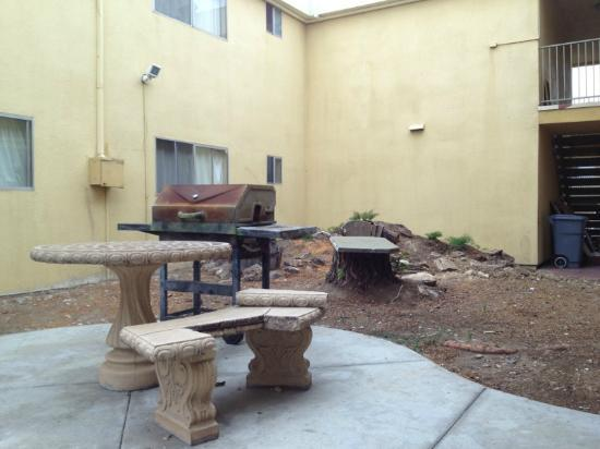 Howard Johnson Inn And Suites San Diego Area/Chula Vista: Rusty rotten deteriorating grills
