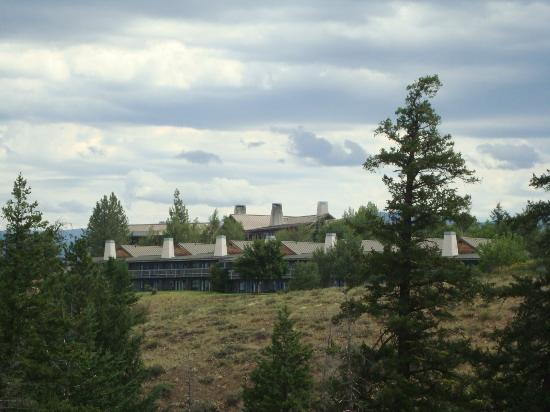 Sun Mountain Lodge: Lodge from interpretive trail on grounds