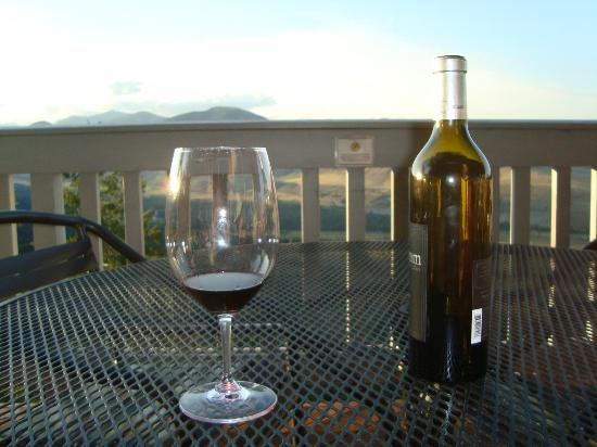 Sun Mountain Lodge: happy hour on the deck