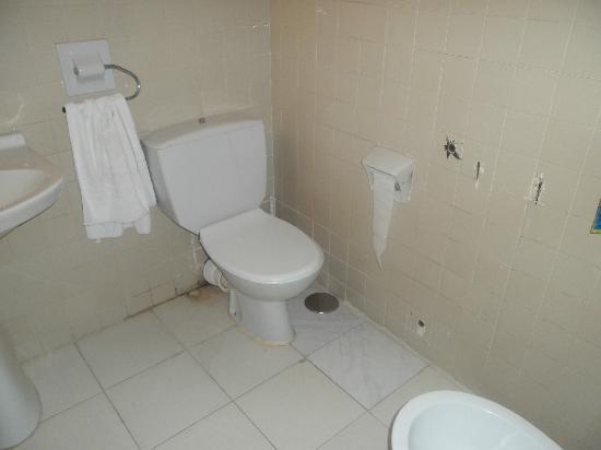 Tamarindos Apartamentos: suciedad detras del bate