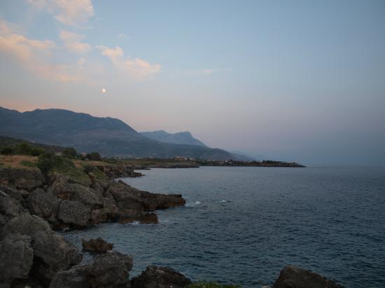 "Hotel Apartments Kleopatra: Νότια θέα από το παραλιακό ""μονοπάτι"" Στούπα - Άγιος Νικόλαος"
