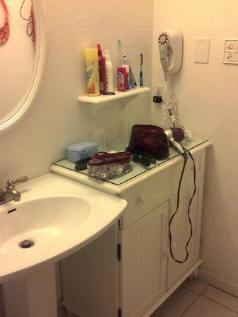 Port Royal Ocean Resort & Conference Center: small bathroom vanity